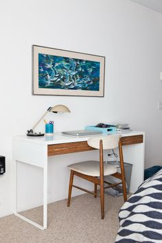 24 Best IKEA Desk Hacks To Need To Try :: a wooden drawer is a stylish idea to hack an IKEA Micke desk Ikea Bissa, Ikea Molger, Ikea Micke, Micke Desk, Renters Solutions, Desk Hacks, Best Ikea, Wooden Drawers, Home Budget