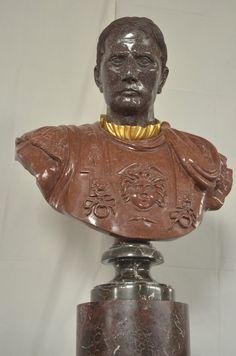 Statua in porfido, scolpita a mano, di recente produzione