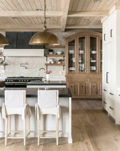 Home Decor Kitchen, Kitchen Interior, New Kitchen, Kitchen Island, Cozy Kitchen, Kitchen Wood, Kitchen Ideas, Luxury Kitchens, Home Kitchens