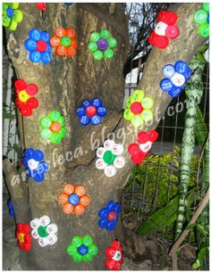 Flowers made with PET bottle caps - Funny AnimalsMake one special photo charms for your pets, compatible with your Pandora bracelets. Plastic Bottle Tops, Plastic Bottle Flowers, Plastic Bottle Crafts, Recycle Plastic Bottles, Bottle Top Art, Bottle Top Crafts, Bottle Cap Projects, Bottle Caps, Garden Crafts