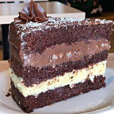 Vanilla and chocolate cake . Credit To IG : legitfoodspam Sweet Recipes, Cake Recipes, Dessert Recipes, Brigadeiro Cake, Good Food, Yummy Food, Food Cakes, Let Them Eat Cake, Chocolate Recipes
