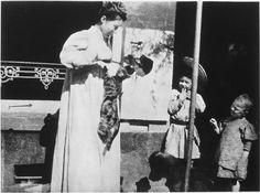 Pierre Bonnard Un chat saute sur la robe d'Andrée Terrasse, Renée et Robert contemplent la scène  1898