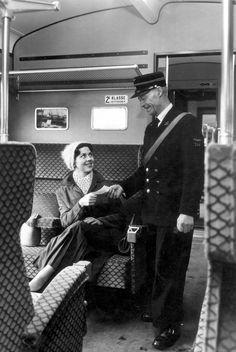 Conducteur knipt kaartjes in trein, van vrouwelijke treinreiziger, Nederland, 1960.