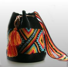 This Pin was discovered by Wen Mochila Crochet, Tapestry Crochet Patterns, Diy Crochet And Knitting, Tapestry Bag, Boho Bags, Crochet Purses, Clutch, Knitted Bags, Crochet Accessories