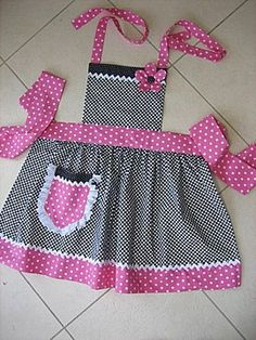22 trendy Ideas for sewing aprons children Fabric Crafts, Sewing Crafts, Sewing Projects, Sewing For Kids, Baby Sewing, Childrens Aprons, Apron Designs, Cute Aprons, Sewing Aprons