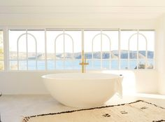 I recently came across these images of Sass & Bides Heidi Middletons home. She lives on Sydneys Northern Beaches - isnt the the outlook. Bathroom Inspo, Sweet Home Alabama, Blue Backdrops, Ensuite, Decor Interior Design, Bathroom Goals, Old World Charm, Sass And Bide, Bathroom