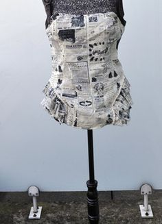 À vendre sur #vintedfrance ! http://www.vinted.fr/mode-femmes/bustiers/26678889-bustier-lip-service-imprime-journaux-l Bustier Lip Service imprimé journaux L Bustier #steampunk taille L, de la marque Lip Service. Le tissus est 100%coton, imprimé avec des journaux Victoriens. Les petits volants sur le côté sont volontairement effilochés et tachés pour accentuer le côté recyclage, les ceintures sont en simili cuir marron. NEUF JAMAIS PORTÉ