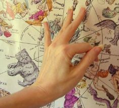 Photo gallery of various Buddhist hand gestures (mudras) used in yoga practice, meditation, and for healing purposes. Kundalini Yoga, Yoga Meditation, Meditation Rooms, Sanskrit, Illuminati, Chakras, Mantra, Reiki, Hand Mudras