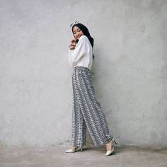 Life is in color, but black & white is more Realistic. Muslim Fashion, Hijab Fashion, Fashion Outfits, Women's Fashion, Ootd Hijab, Hijab Outfit, Culottes Outfit, Stylish Tops, Womens Fashion For Work
