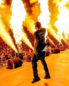 It aint a La Flame show without a little bit of fire :// Travis Scott Live, Travis Scott Birds, Travis Scott Concert, Travis Scott Fashion, Travis Scott Iphone Wallpaper, Travis Scott Wallpapers, Black Poster, Travis Scott Kylie Jenner, Rap Concert