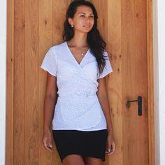 Návod jak ušít dámskou tuniku (+ střih ve velikostech 32-62) - Prošikulky.cz Wrap Blouse, Pdf Sewing Patterns, Dots, Short Sleeves, V Neck, Website, Fashion, Tunic, Stitches