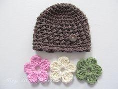 Um einige zusätzliche Designs angeboten in meinen Hut zu sehen, besuchen Sie bitte diesen Link um zu sehen, mein Baby-Mädchen-Hüte: http://www.etsy.com/shop/TinyLittleMemories?section_id=12418806 Dieser Hut ist schön texturierte Mütze und drei austauschbaren Blumen. Die Blumen passen um den braunen Knopf an den Hut befestigt. Es ist perfekt für die Anpassung für jedes Fell/Outfit! Dieser Hut wird auf Bestellung, angepasst auf Ihre Farbauswahl und Größe hergestellt. Wählen Sie die…