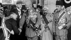 Der deutsche Kaiser, Wilhelm II., trifft bei einem Staatsbesuch im Osmanischen Reich mit Kriegsminister Enver Pascha (rechts) zusammen. | Bildquelle: NDR/Lepsius-Archiv / Video: NDR