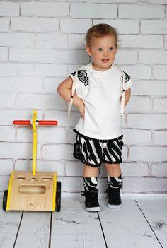 Kamizelka i szorty dla dziewczynki #kids #dzieci #child #kidsfashion #kidzfashion #fashionkids #moda #modadziecięca #cute #cutest_kids #cute #baby #babiesfashion #stylishchild #kokilok