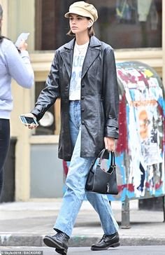 Denim and leather: Young model Kaia Gerber was seen out on the streets of New York on Tues… - Kaia Gerber is chic in leather and a Queen tee as she strolls in NYC Looks Street Style, Model Street Style, Looks Style, Looks Cool, Oufits Casual, Casual Outfits, Cute Outfits, Fashion Outfits, Chanel 19