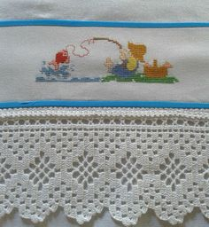Pano de prato em tecido de sacaria, 100% algodão, bordado em ponto cruz no tecido cânhamo e barrado de crochê. Poinsettia Flower, Crochet Doilies, Free Pattern, Diy And Crafts, Blanket, Rugs, Lace, Crochet Doily Rug, Crochet Carpet