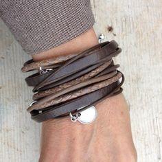 Op maat gemaakte wikkelarmband die 4x om de pols gaat. Deze armbanden worden op bestelling gemaakt. Je kan zelf de kleurstelling bepalen, of je aan jouw armband bedels wilt en hoeveel. Zo stel je...