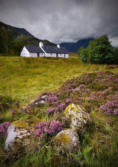 Blackrock Cottage ~ Glencoe area of the Highlands England Ireland, England And Scotland, Places To Travel, Places To See, Scottish Cottages, Beau Site, Scottish Highlands, Scotland Travel, British Isles