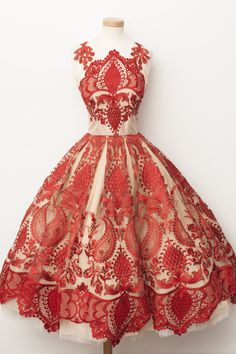Mix 1 spoon of caramel tulle with 1 spoon of red lace and garnish with lace embroidery. Serve on a hot night in June.