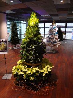 インテリジェントビルのフロアに設置されたグリーンなクリスマスツリー。The Christmas tree which uses the plant installed in the floor of an intelligent building .