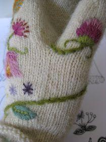 BRODERA PÅ STICKAT   Vissa saker tar tid innan de blir av. Jag har velat sticka de här fantastiska vantarna  i flera år, och först nu har ja... Crochet Gloves, Knit Mittens, Knitted Hats, Knit Crochet, Crewel Embroidery, Ribbon Embroidery, Embroidery Patterns, Knitting Designs, Knitting Patterns