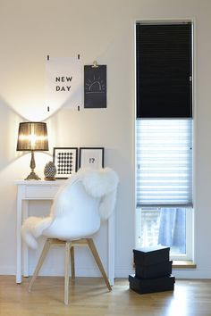 Vekkikaihtimen linjakkuus ja pehmeä kangas antavat ikkunalle kauniin ilmeen Accent Chairs, Furniture, Home Decor, Upholstered Chairs, Decoration Home, Room Decor, Home Furnishings, Arredamento, Interior Decorating