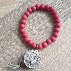 Armband van 8mm vintage roze hout met metalen Romeinse munt. Van JuudsBoetiek, te bestellen op www.juudsboetiek.nl.