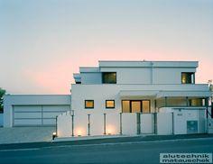 Aluminiumfenster sind ökonomisch, weil sie Energiekosten sparen - und zwar für die gesamte Nutzungsdauer. Die Wärmedämmung ist auch nach vielen Jahren so hoch wie am ersten Tag, was ein wesentlicher Vorteil gegenüber anderen Fensterarten ist. Mansions, House Styles, Home Decor, House, Decoration Home, Manor Houses, Room Decor, Villas, Mansion