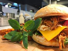 Gibt's was geileres als Pulled Pork? Pulled Pork, Hamburger, Ethnic Recipes, Food, Shredded Pork, Meal, Hamburgers, Essen, Hoods
