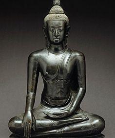 Buddha Mâravijaya, Thaïlande Le visage arrondi et souple, les petites boucles de la chevelure, ainsi que les formes allongées permettent d'attribuer cette oeuvre au style B d'U Thong, début de l'art du royaume d'Ayutthaya, qui mêlait influences khmères et mônes. La flamme en revanche dénote d'une influence singhalaise, ayant transité par l'école de Sukhothaï.