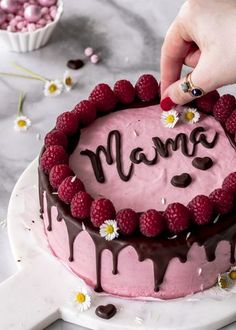 Recipe: raspberry mousse cake with chocolate and lettering for Mother& Day baking .- Rezept: Himbeermousse Torte mit Schokolade und Schriftzug zum Muttertag backen D… Recipe: raspberry mousse cake with chocolate and … - Nutella Chocolate Cake, Homemade Chocolate, Chocolate Recipes, Chocolate Buttercream, Vanilla Buttercream, Hot Chocolate, Buttercream Frosting, Oreo Icing, Cake Mix Cobbler