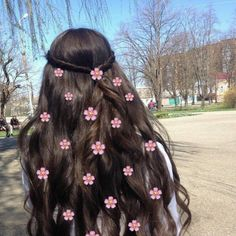 I love flower hair clips! Flower Hair Clips, Flowers In Hair, Runway Models, Luxy Hair Extensions, La Girl, Girly Pictures, Girl Photography Poses, Foto Pose, Very Long Hair