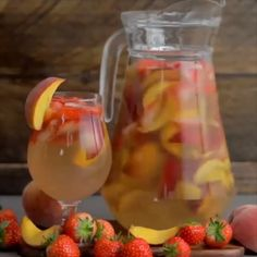 Strawberry and Peach Sangria 🍓🍑 What are you going to be drinking this summer? Easy Lemonade Recipe, Flavored Lemonade, Peach Lemonade, Strawberry Sangria, Watermelon Smoothies, Strawberry Summer, Non Alcoholic Drinks, Cocktail Drinks, Cocktail Recipes