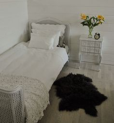Adding new life to a bed and bedsidetable with some paint. http://titalita.blogg.no/1440439426_rokokkolopper_fr_ny_g.html