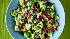 Sunt, godt og fargerikt! Brokkolisalat med bacon, rosiner, pinjekjerner og hvitvinseddik. En salat som passer som forrett, lett middag eller som tilbehør til biffen.