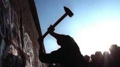val berlijnse muur. Veel mensen gingen helpen om de muur te laten verdwijnen dan een lange nare tijd in de jaren 1989