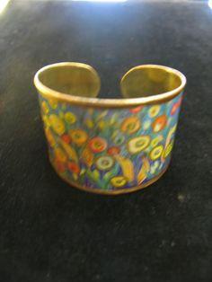 Colorida en tonos amarillos pulsera realizada en latón, abierta, con flores amarillas. Ancho 4.8 cms. ¡Sólo 11,50€!