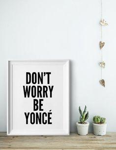 """Pour avoir son heure de gloire On ne se lasse pas des messages anglais """"Don't worry"""", qui nous font relativer et voir la vie du bon côté ! Mais on craque littéralement pour ce modèle décalé : """"Don't worry Be Yoncé"""", en référence évidemment à la chanteuse Beyoncé ! Avouez-le, vous aussi vous avez déjà rêvé de vous glisser dans la peau de Queen B rien que pour une journée…"""