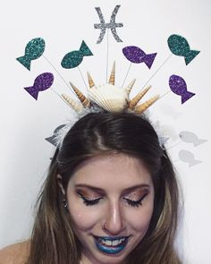 ♋️♓️♏️ ÁGUA - É a subjetividade, um instinto, a intimidade, a imaginação, o sonho, a mediunidade e a profundidade. O elemento água é dotado de sensibilidade e poder psíquico. 💦 | melhor coleção de carnaval que você respeita! 👉🏼 encomendas por direct, aceito dinheiros e cartão e entrego em algumas estações de metrô ❤️✨ #jáécarnaval Hallowen Costume, Diy Costumes, Tiara Diy, Diy Carnaval, Hair Decorations, Diy Hair Accessories, How To Make Hair, Diy Hairstyles, Fall Halloween