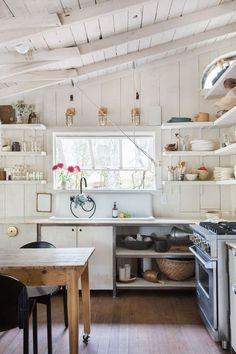 Chic Kitchen Style Ideas For Comfortable Old Kitchen Country Chic Kitchen, Classic Kitchen, French Country Kitchens, Rustic Kitchen Decor, Modern Farmhouse Kitchens, New Kitchen, Kitchen Ideas, Awesome Kitchen, Country Style
