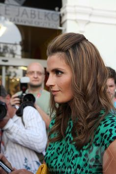 Stana Katic. Pretty hilites.  I so want to do my hair like this.