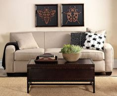 trunk coffee table pottery barn - Unique Idea to Place Trunk . Table Decor Living Room, Living Room Sofa, Living Room Furniture, Living Rooms, Coffee Table Pottery Barn, Coffee Tables, Trunk Table, Decoration Originale, Decoration Table