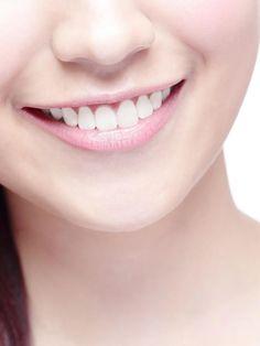 Mit zwei Zutaten kannst du deine Zähne ganz natürlich bleichen, Wenn du Kurkuma und Kokosöl ...