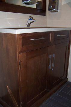 Mueble de baño, con encimera de marmol blanco. Baldas en interior de puertas. Tiradores planos cromados. Madera maciza. #diseñomuebles #diseñocarpinteria #carpinteriamadera.#mueblebañomedida