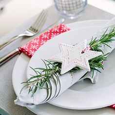How to create the perfect Scandinavian Christmas table setting. Design tips and ideas. Nordic Christmas Decorations, Scandinavian Christmas Trees, Xmas Table Decorations, Scandi Christmas, Christmas Lunch, Beach Christmas, Christmas Table Settings, Christmas In July, All Things Christmas