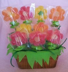 Candy bar: un jardín de chuches Party Treats, Party Gifts, Festa Moana Baby, Candy Kabobs, Candy Arrangements, Bar A Bonbon, Sweet Trees, Candy Flowers, Candy Cakes