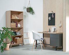KALVEHAVE spisestol, AGGERSBORG skrivebord, KALBY bokhylle/reol, HVIDPIL dørmatte    Casual Contrast   Skandinaviske hjem, nordisk design, Skandinavisk design, nordiske hjem, interiørdesign, innredning, stue, multifunksjonelle rom   JYSK