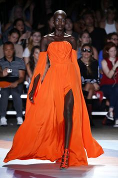 With Just 2 Words, Christian Siriano Will Convince You to Wear More Color Source by natrlhollywood fashion dresses Couture Fashion, Runway Fashion, Boho Fashion, Fashion Design, Vogue Fashion, Black Girl Fashion, High Fashion, Fashion Show, Couture Dresses