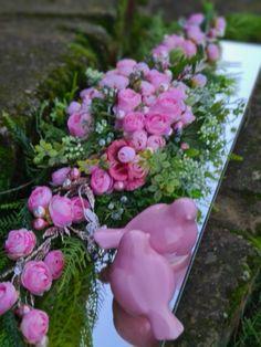 Decowianka.pl proponuje Państwu unikatowe kompozycje nagrobne o wysokiej jakości kwiatów sztucznych inspirowanych naturą. Floral Wreath, Wreaths, Plants, Home Decor, Floral Crown, Decoration Home, Door Wreaths, Room Decor, Deco Mesh Wreaths