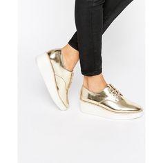 Schuhe in Metallic mit breiter flacher Sohle.
